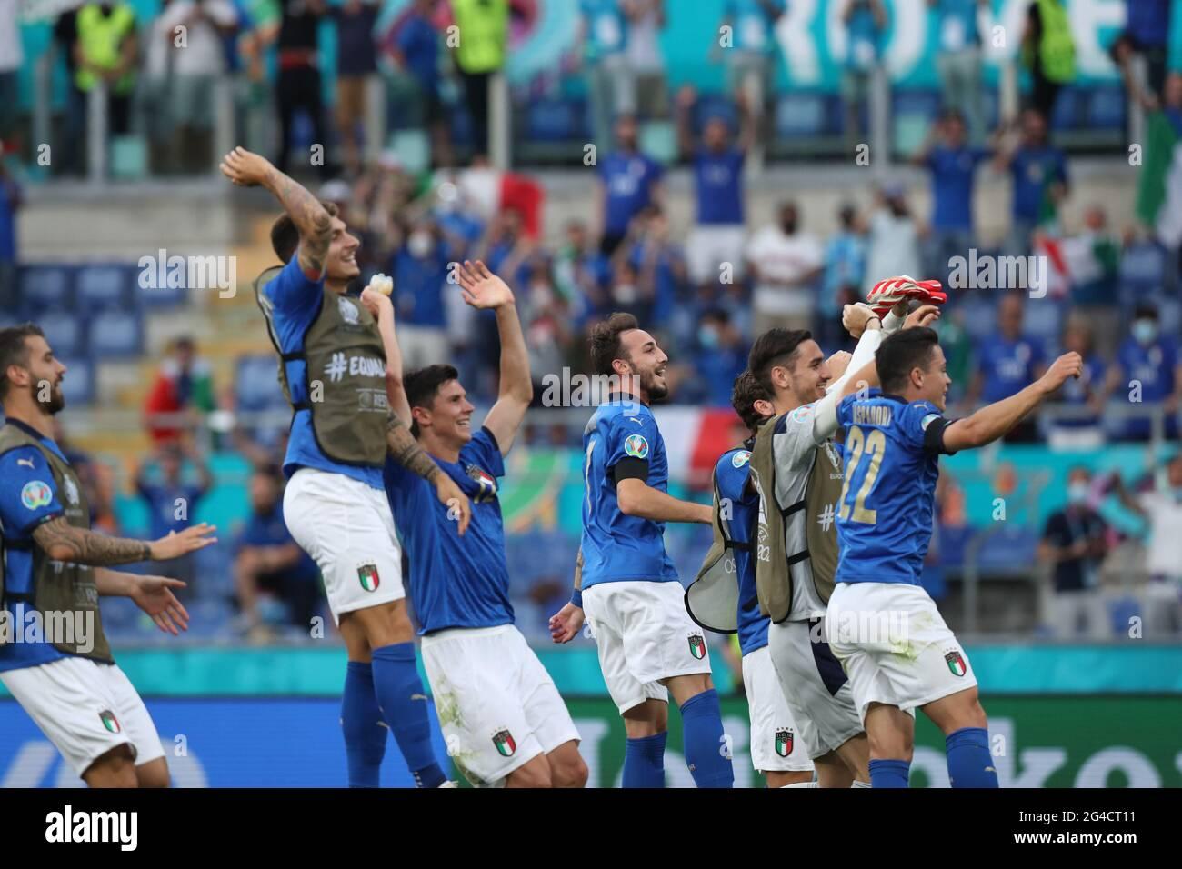 Roma. 20 Giugno 2021. I giocatori italiani festeggiano la vittoria dopo la partita di calcio del Gruppo UEFA EURO 2020 TRA Italia e Galles allo Stadio Olimpico di Roma il 20 giugno 2021. Credit: Cheng Tingting/Xinhua/Alamy Live News Foto Stock