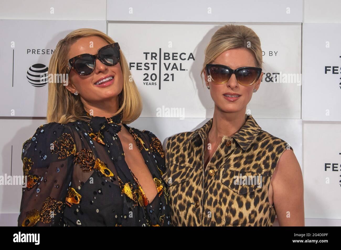 NEW YORK, NEW YORK - GIUGNO 20: Paris Hilton e Nicky Hilton partecipano alla prima 'This is Paris' durante il Tribeca Festival 2021 presso Hudson Yards il 20 Giugno 2021 a New York City. Foto Stock