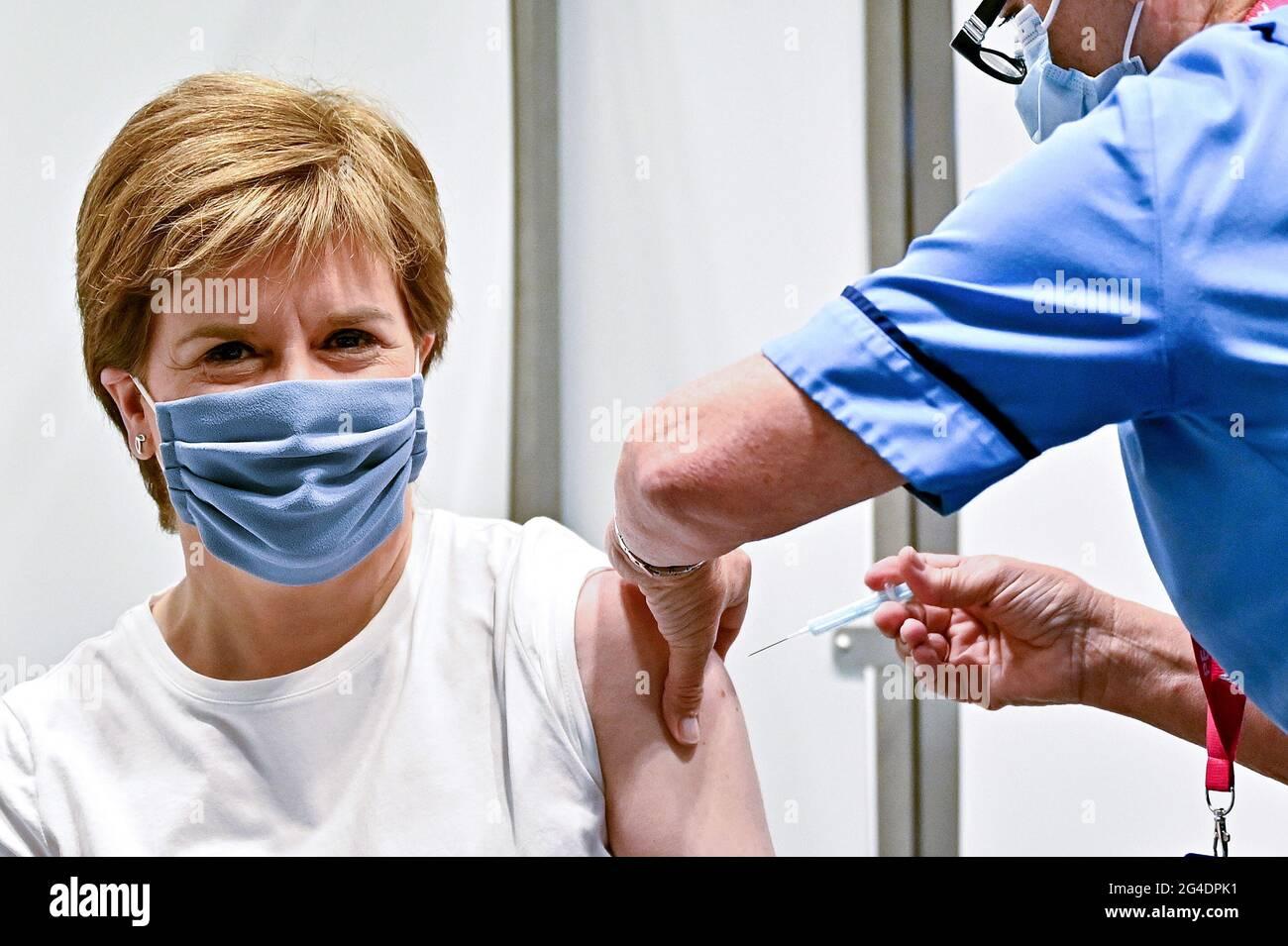 Il primo ministro della Scozia Nicola Sturgeon riceve la sua seconda dose del vaccino Oxford/AstraZeneca Covid-19, somministrato dall'infermiere Susan Inglis, presso il centro di vaccinazione NHS Louisa Jordan di Glasgow, Scozia. Data immagine: Lunedì 21 giugno 2021. Foto Stock