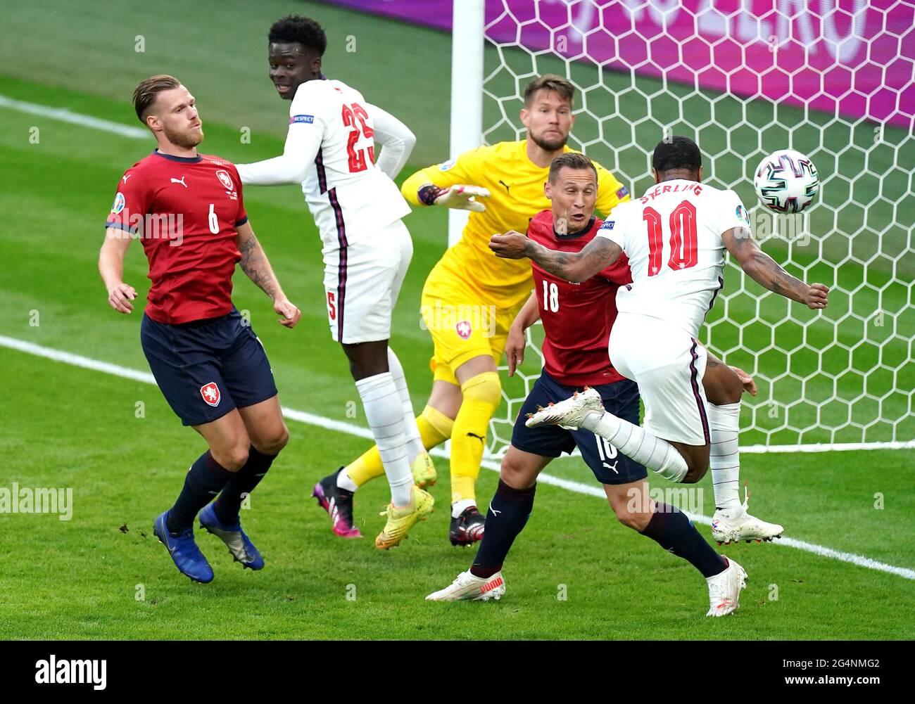 Il Raheem Sterling (a destra) dell'Inghilterra segna il primo gol della partita durante la partita UEFA Euro 2020 Group D al Wembley Stadium di Londra. Data immagine: Martedì 22 giugno 2021. Foto Stock