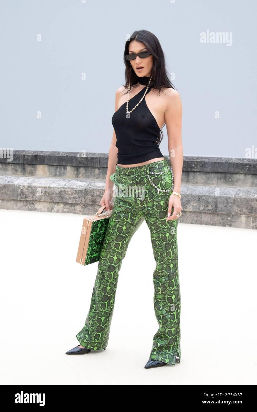 Parigi, Francia. 25 Giugno 2021. Bella Hadid partecipa al Dior Homme Menswear Primavera Estate 2022 come parte della settimana della Moda di Parigi a Parigi, Francia, il 25 giugno 2021. Photo by Aurore Marechal/ABACAPRESS.COM Credit: Abaca Press/Alamy Live News Foto Stock