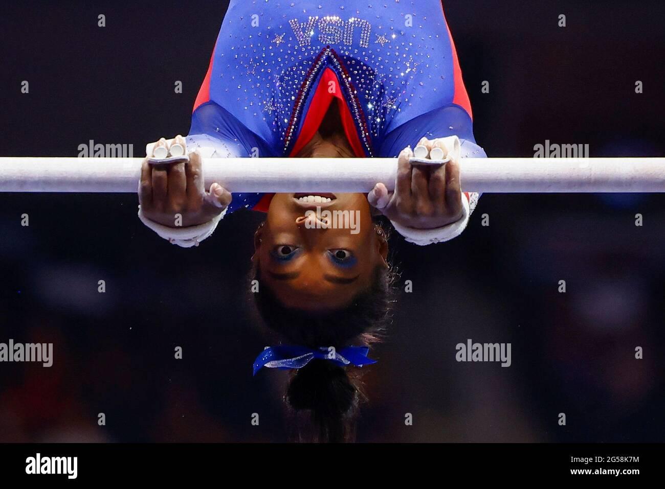 Simone Biles si esibisce sulle barre irregolari mentre compete ai trials olimpici di ginnastica delle donne degli Stati Uniti a St Louis, Missouri, Stati Uniti 25 giugno 2021. REUTERS/Lindsey Wasson Foto Stock