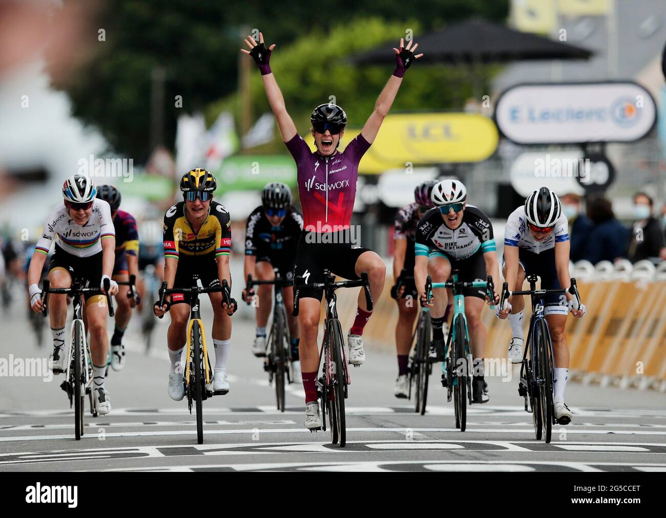 Ciclismo - la Course by Tour de France - Brest to Landerneau - France - June 26, 2021 Team SD Worx Women Cycling Team Demi Vollering festeggia dopo aver vinto il Stage Pool tramite REUTERS/Benoit Tessier Foto Stock