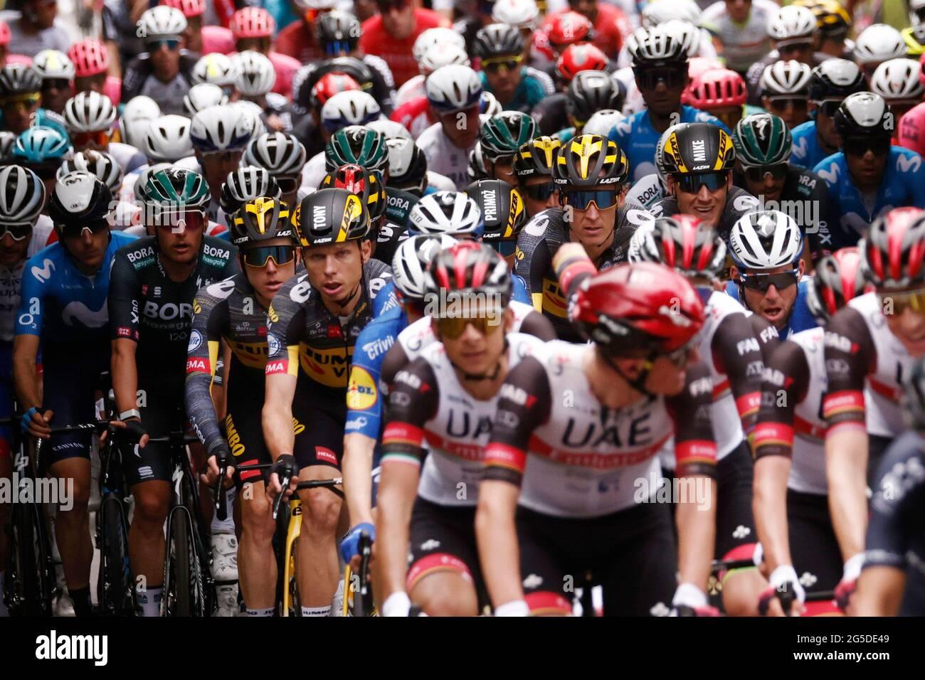 Ciclismo - Tour de France - Stage 1 - Brest to Landerneau - France - June 26, 2021 il peloton in azione REUTERS/Stephane Mahe Foto Stock