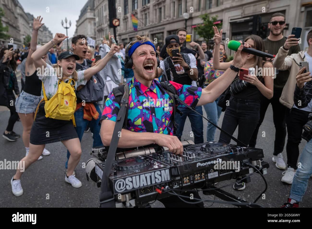 Londra, Regno Unito. 27 giugno 2021. La libertà di ballare marcia. Centinaia di amanti della musica e della danza si riuniscono nei pressi della sede centrale della BBC per protestare e mostrare sostegno alle industrie britanniche per la vita notturna e gli eventi dal vivo mentre il settore lotta per la sopravvivenza di fronte a continue restrizioni. La marcia di protesta di FREEDOMTODANCE è stata organizzata da Save Our Scene UK e LetUsDance. Credit: Guy Corbishley/Alamy Live News Foto Stock