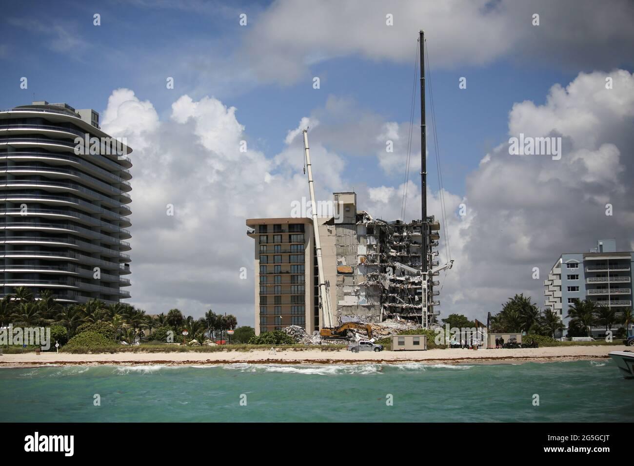 Una visione generale di un edificio residenziale parzialmente collassato mentre gli equipaggi di emergenza continuano le operazioni di ricerca e salvataggio per i sopravvissuti, a Surfside, vicino Miami Beach, Florida, USA 27 giugno, 2021. REUTERS/Marco bello Foto Stock