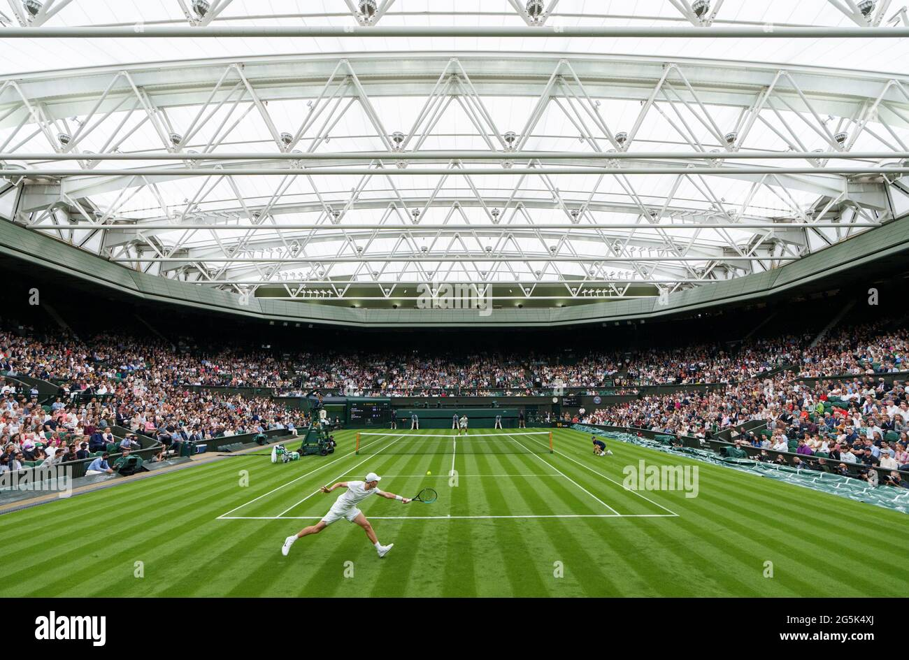 Jack Draper in azione contro Novak Djokovic nel primo round dei Gentlemen's Singles su Center Court il giorno uno di Wimbledon presso l'All England Lawn Tennis and Croquet Club, Wimbledon. Data immagine: Lunedì 28 giugno 2021. Foto Stock