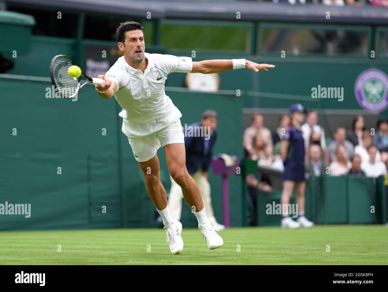 Novak Djokovic in azione contro Jack Draper sul campo centrale il giorno uno di Wimbledon all'All England Lawn Tennis and Croquet Club, Wimbledon. Data immagine: Lunedì 28 giugno 2021. Foto Stock