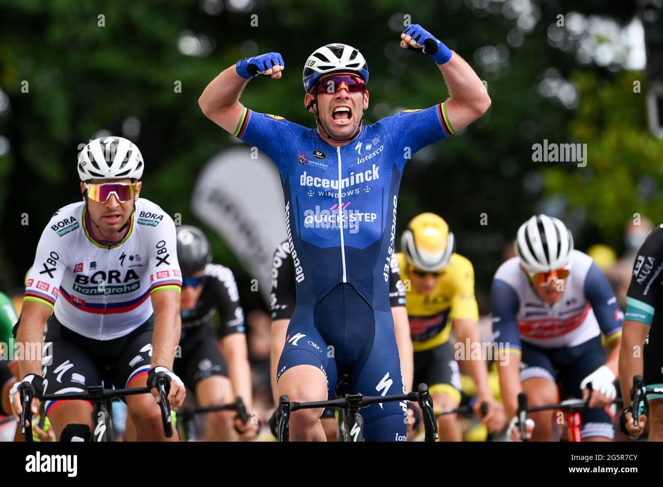 Francia, Fougeres, Redon, 29/06/2021, Tour de France 2021, fase 4, Redon a Fougeres. Mark Cavendish della Gran Bretagna per Deceuninck Quickstep vince il palco in un finale sprint. Foto Stock