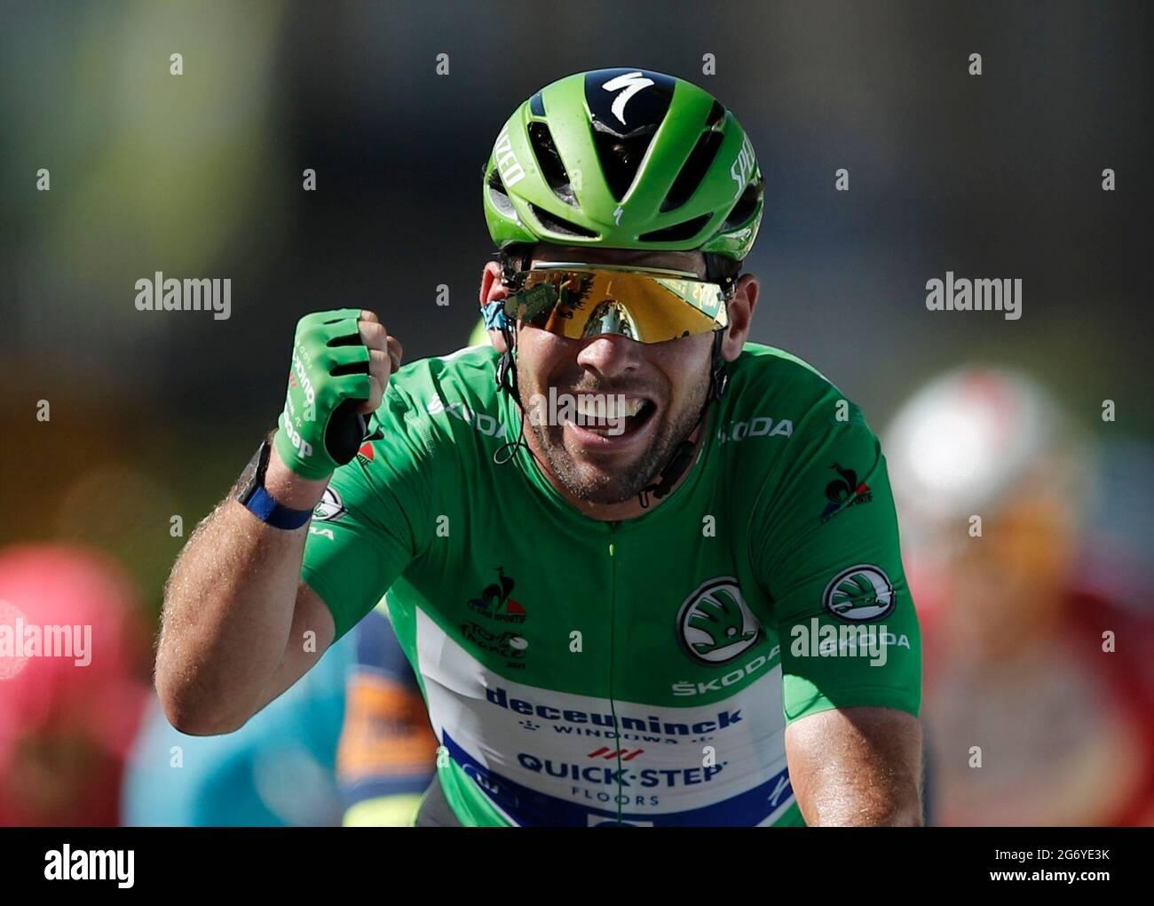 Ciclismo - Tour de France - Stage 13 - Nimes to Carcassonne - Francia - July 9, 2021 Deceuninck–Quick-Step pilota Mark Cavendish della Gran Bretagna indossare la maglia verde celebra come egli attraversa la linea per vincere la fase 13 REUTERS/Benoit Tessier Foto Stock