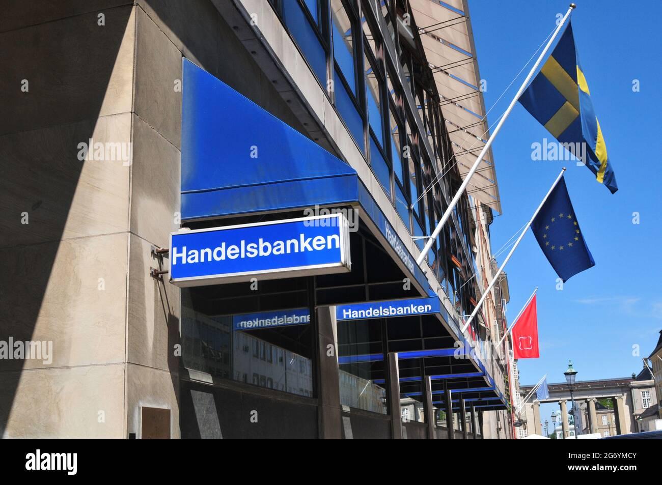 Copenhagen /Danimarca./ 14.June 2019/ .Ambasciata svedese e Handelsbanken svedese hanno smae indirizzo nello stesso edificio Amaliengade a Copenhagen Danimarca e bandiere svedesi volano lungo la bandiera blu dell'Unione europea con stella sulla costruzione a Copenhagen Danimarca. (Foto..Francis Dean / Deanpictures. Foto Stock