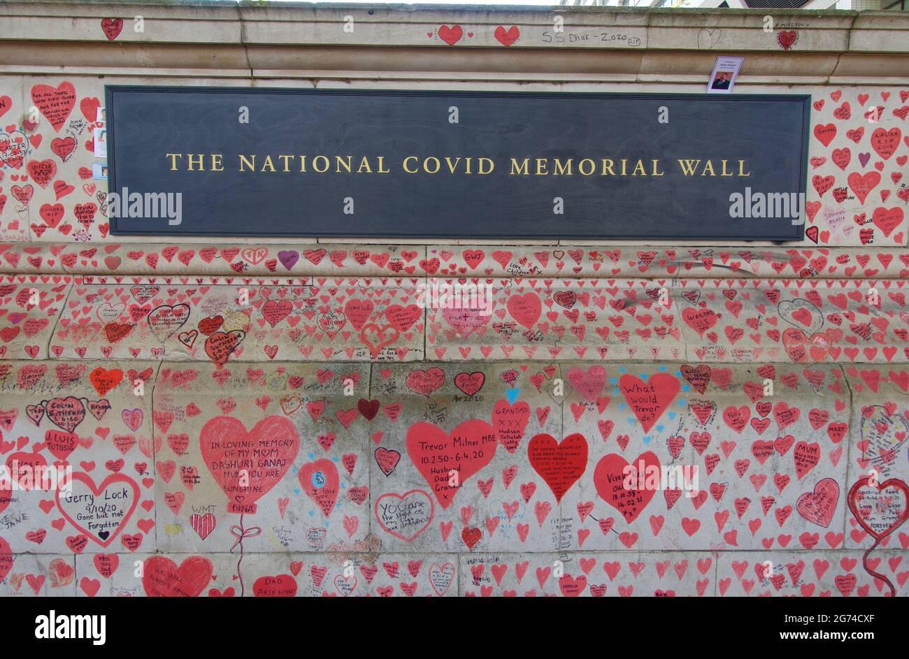 Londra, Inghilterra, Regno Unito 24.06.2021_The National Covid Memorial Wall a southbank, Lambeth in memoria delle vittime del Covid-19 Foto Stock