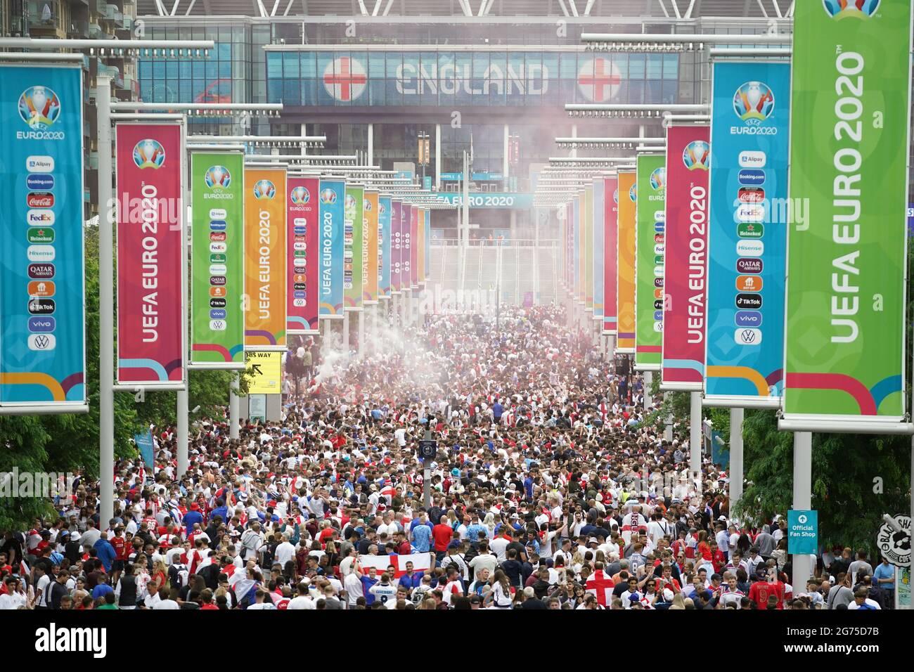 Tifosi inglesi lungo Wembley Way prima della finale UEFA Euro 2020 al Wembley Stadium di Londra. Data immagine: Domenica 11 luglio 2021. Foto Stock