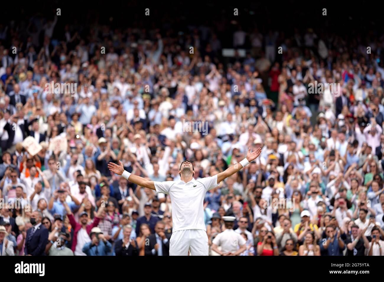 Novak Djokovic festeggia la vittoria della finale di Gentlemen's Singles contro Matteo Berrettini il tredici° giorno di Wimbledon all'All England Lawn Tennis and Croquet Club di Wimbledon. Data immagine: Domenica 11 luglio 2021. Foto Stock