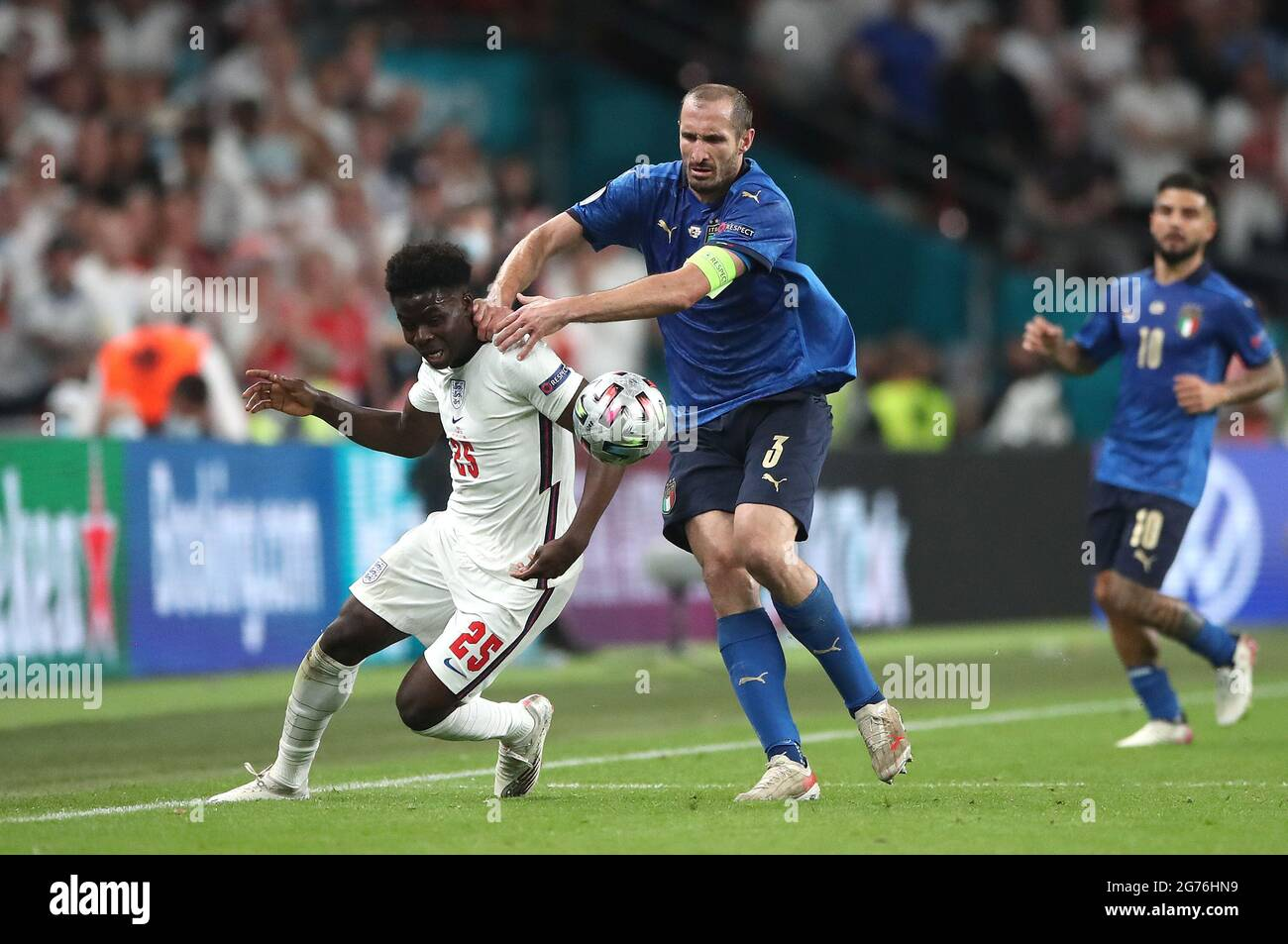 Giorgio Chiellini in Italia tira indietro Bukayo Saka in Inghilterra durante la finale UEFA Euro 2020 allo stadio Wembley di Londra. Data immagine: Domenica 11 luglio 2021. Foto Stock