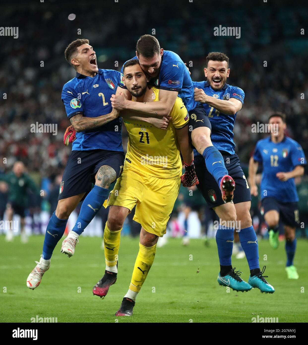 I giocatori italiani festeggiano con il portiere Gianluigi DONNARUMMA dopo aver salvato l'ultima punizione dopo la finale UEFA Euro 2020 al Wembley Stadium di Londra. Data immagine: Domenica 11 luglio 2021. Foto Stock