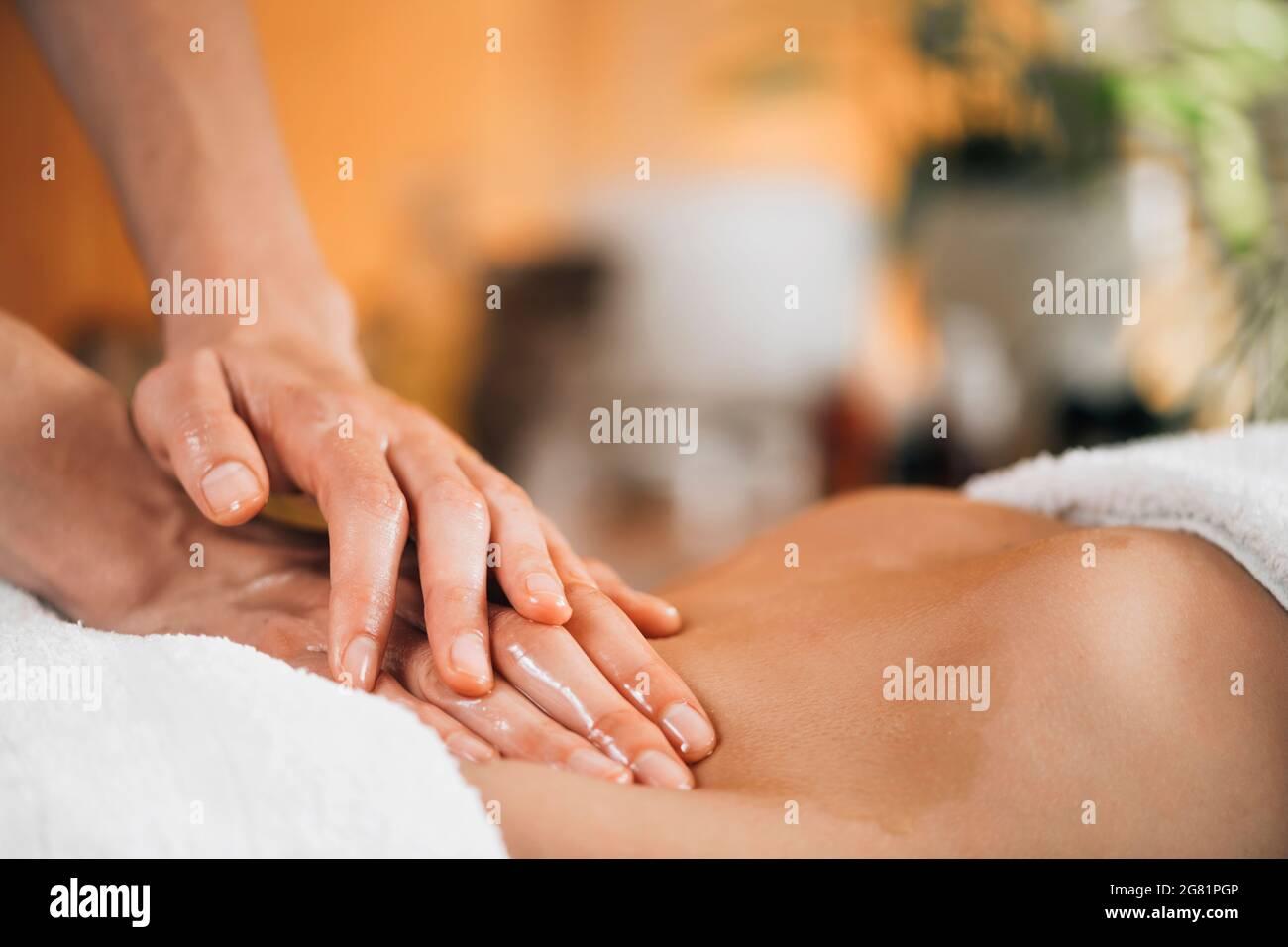 Massaggio ayurveda allo stomaco Foto Stock