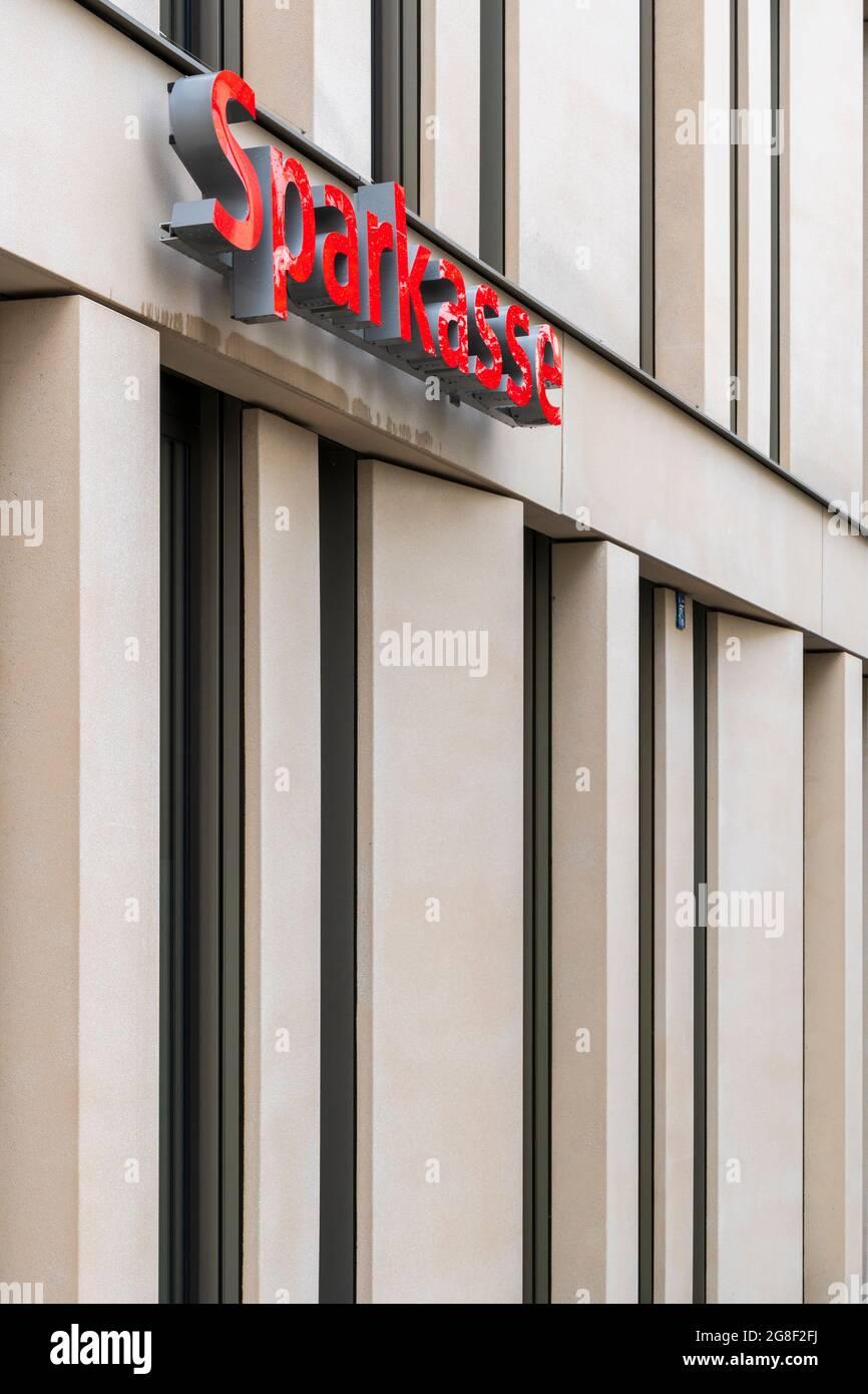 Filiale der Sparkasse Allgäu in Kempten mit Schriftzug und Emblem bzw. Logo Foto Stock