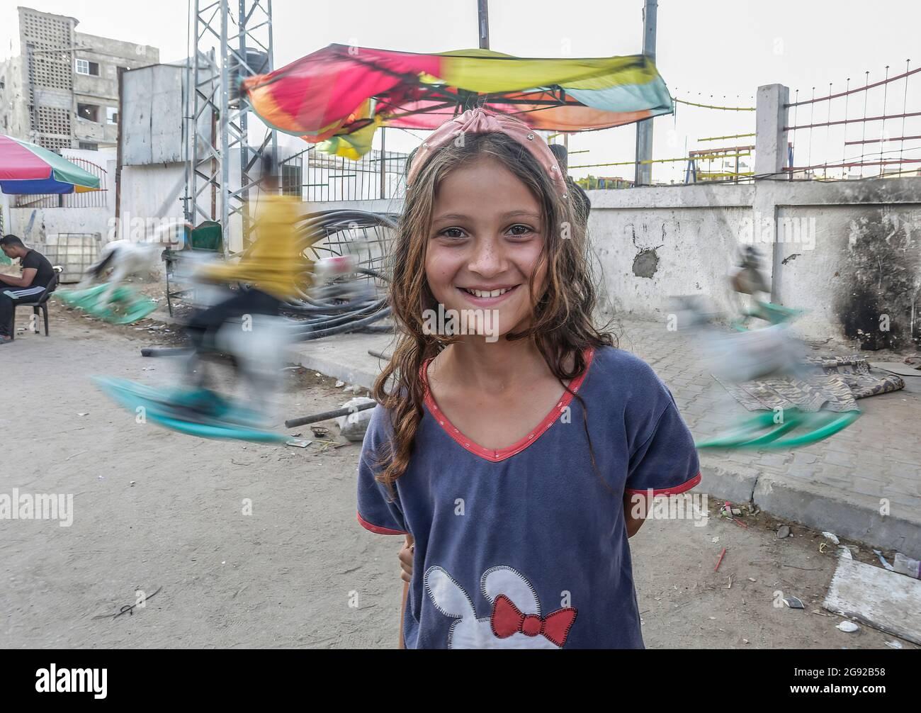 Gaza, Palestina. 22 luglio 2021. Una ragazza palestinese si trova fuori dalla sua casa nella città di Beit Hanoun, nella striscia di Gaza settentrionale. Credit: SOPA Images Limited/Alamy Live News Foto Stock