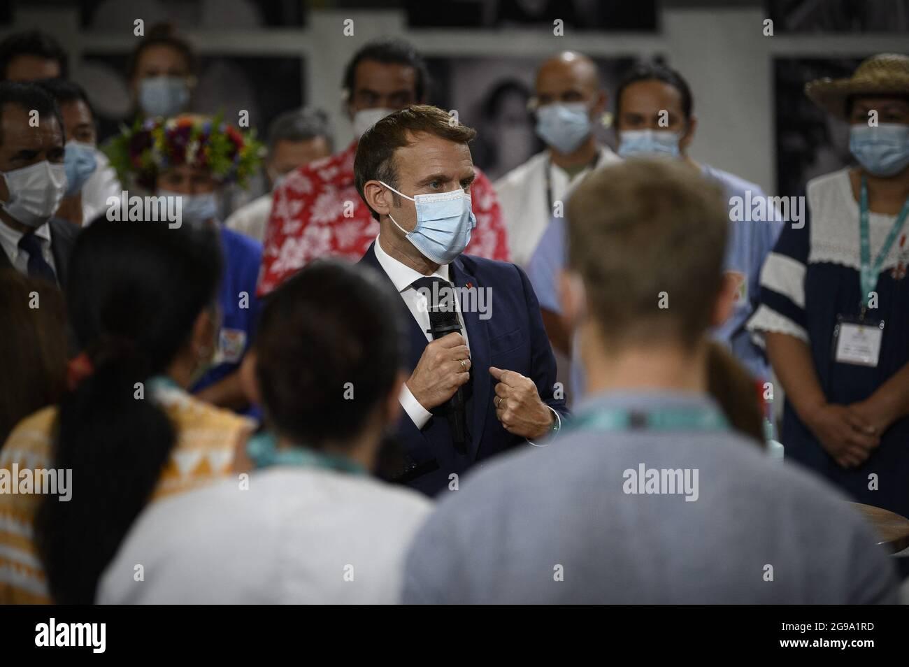 Il presidente francese Emmanuel Macron (C) parla con medici e infermieri che lavorano presso il Centro ospedaliero della Polinesia francese di Papeete dopo il suo arrivo a Tahiti, in Polinesia francese, il 24 luglio 2021. Foto di Eliot Blondt/ABACAPRESS.COM Foto Stock