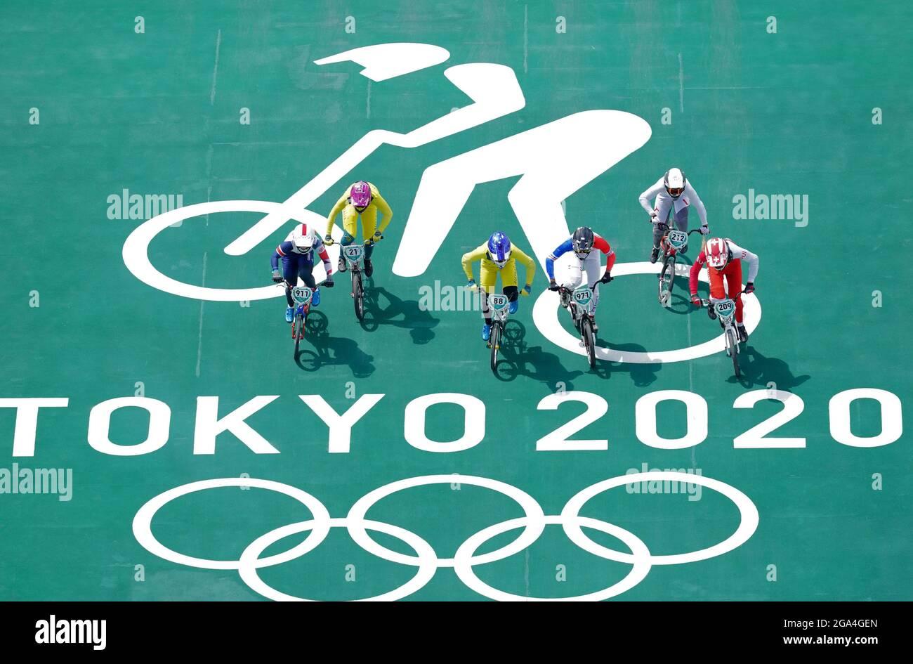 Bethany Shriever (a sinistra) della Gran Bretagna nei quarti di gara BMX delle donne, eseguire 3 Heat 3 presso l'Ariake Urban Sports Park il sesto giorno dei Giochi Olimpici di Tokyo 2020 in Giappone. Data immagine: Giovedì 29 luglio 2021. Foto Stock