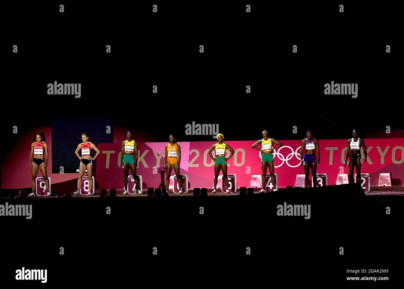 I concorrenti si allineano davanti alla finale femminile di 100 metri allo Stadio Olimpico l'ottavo giorno dei Giochi Olimpici di Tokyo 2020 in Giappone. Data immagine: Sabato 31 luglio 2021. Foto Stock
