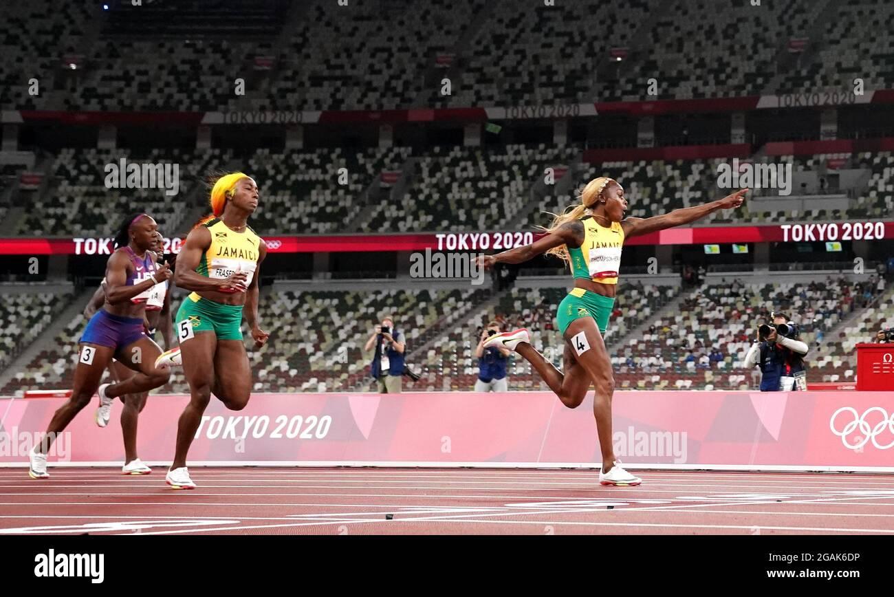 Elaine Thompson-Herah (a destra) in Giamaica vince la finale femminile di 100 metri allo Stadio Olimpico l'ottavo giorno dei Giochi Olimpici di Tokyo 2020 in Giappone. Data immagine: Sabato 31 luglio 2021. Foto Stock