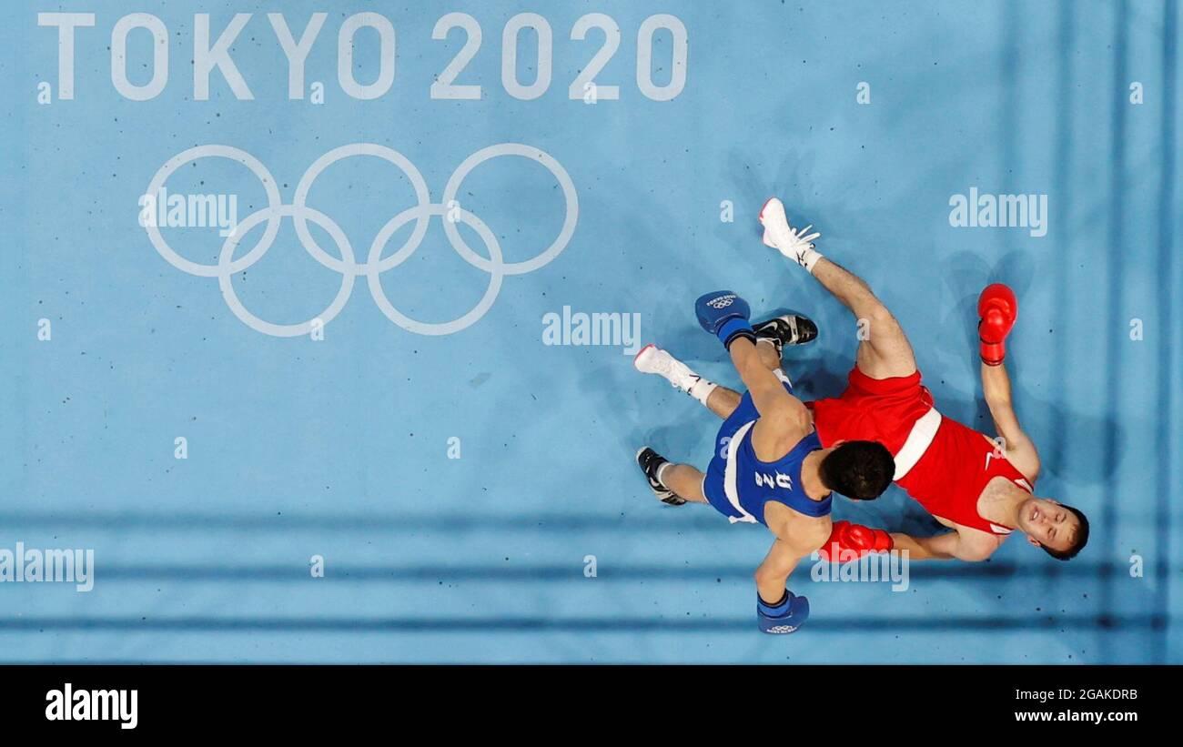 Tokyo 2020 Olympics - Boxing - Men's Lightweight - Last 16 - KKKG - Kokugikan Arena - Tokyo, Giappone - 31 luglio 2021. Bakhodur Usmonov di Tagikistan si trova sul terreno durante la sua lotta contro Elnur Abduraimov di Uzbekistan REUTERS/Ueslei Marcelino Foto Stock