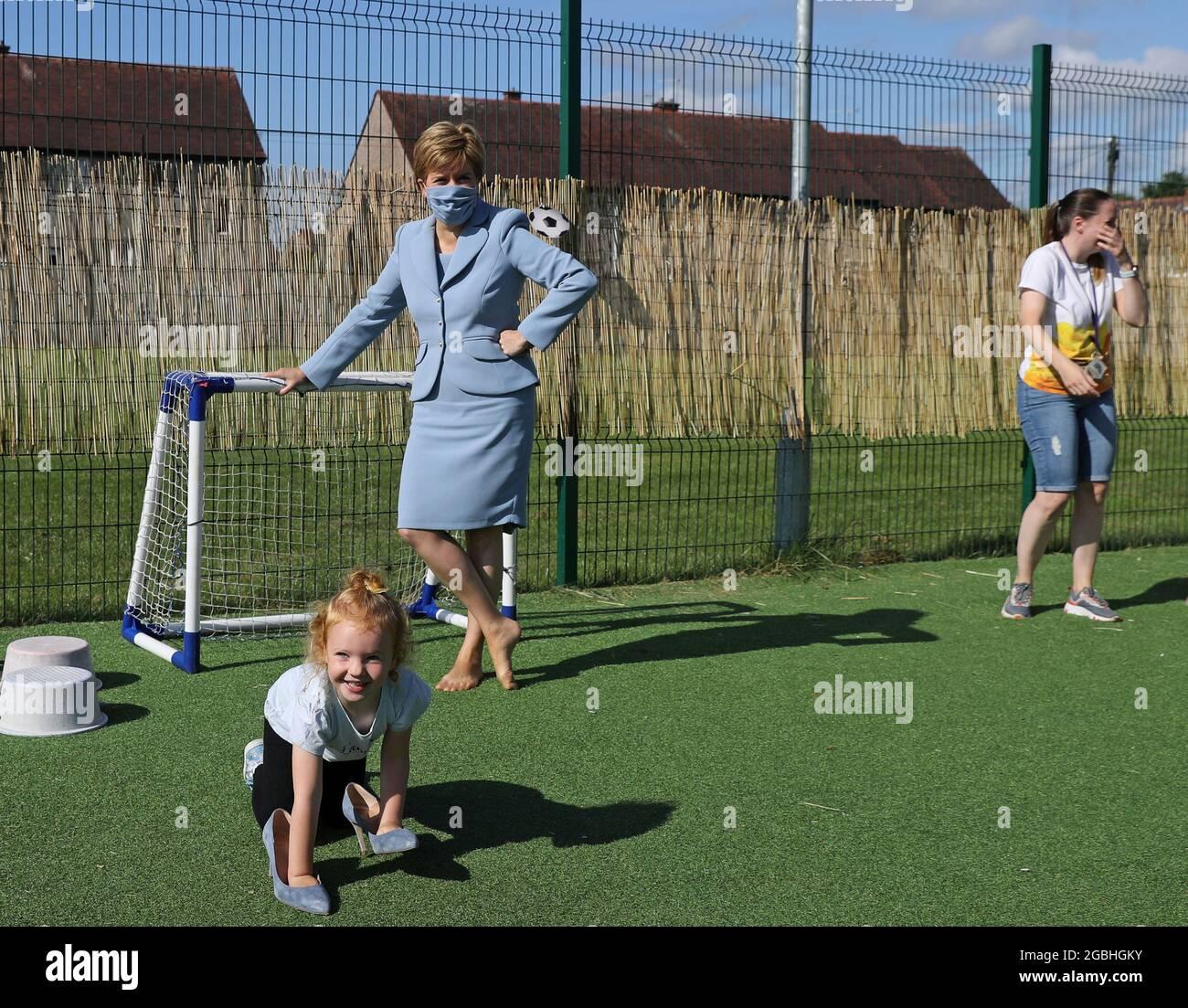 Il primo ministro Nicola Sturgeon gioca a calcio durante una visita al vivaio Fallin di Fallin, Stirlingshire. Data immagine: Mercoledì 4 agosto 2021. Foto Stock