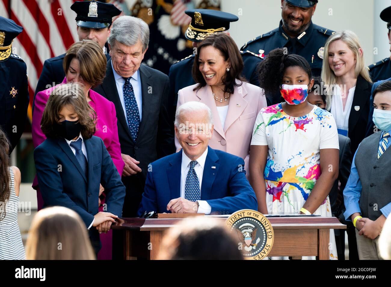 Washington, Stati Uniti. 05 agosto 2021. Il presidente Joe Biden firma la S.R. 3325 che assegna le medaglie d'oro del Congresso alla polizia del Campidoglio degli Stati Uniti e alla polizia metropolitana della DC per il loro lavoro il 6 gennaio. Credit: SOPA Images Limited/Alamy Live News Foto Stock