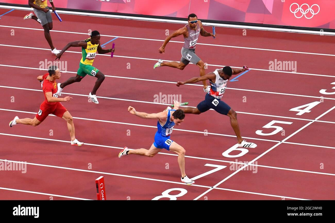 Tokyo 2020 Olimpiadi - Atletica - relè 4 x 100 m - finale - Stadio Olimpico, Tokyo, Giappone - 6 agosto 2021. Filippo Tortu d'Italia attraversa la linea per conquistare l'oro davanti al secondo posto di Nethaneel Mitchell-Blake della Gran Bretagna REUTERS/Clodagh Kilcoyne Foto Stock