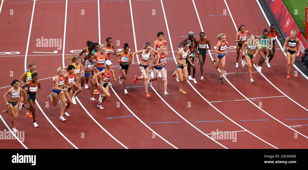 Tokyo 2020 Olimpiadi - Atletica - Donne 10000m - Stadio Olimpico, Tokyo, Giappone - 7 agosto 2021. Vista generale all'inizio della gara REUTERS/Phil Noble Foto Stock