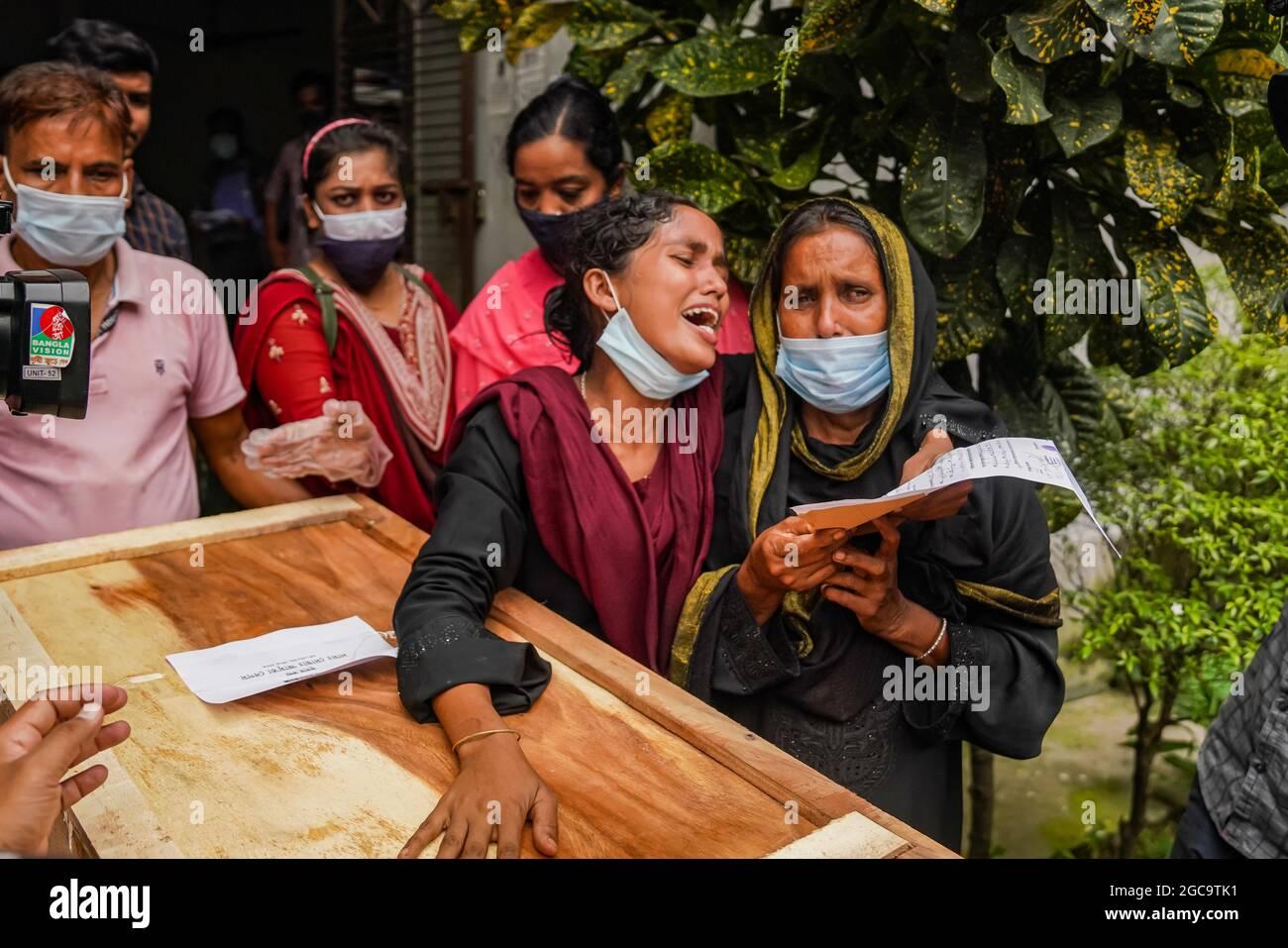 Dhaka, Dhaka, Bangladesh. 7 agosto 2021. I membri della famiglia si sono rotti in lacrime quando ricevono i corpi morti delle relative vittime del fuoco della fabbrica ad una morgue del Dacca Medical College a Dhaka, Bangladesh il 07 agosto 2021. Che un mese fa è stato ucciso in un incendio alla Hashem Foods and Beverage Factory di Rupganj, Narayanganj. I corpi di 21 persone, sono stati consegnati nella seconda fase. (Credit Image: © Zabed Hasnain Chowdhury/ZUMA Press Wire) Foto Stock