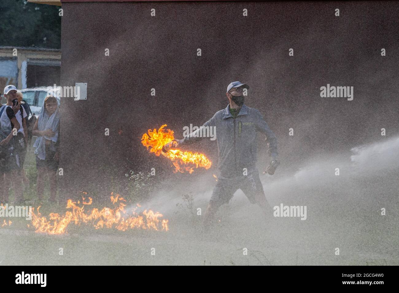 Lubin, Polonia. 8 agosto 2021. Disordini alla stazione di polizia di Lubin dopo la morte di un maschio di 32 anni durante l'intervento della polizia. (Credit Image: © Krzysztof Kaniewski/ZUMA Press Wire) Foto Stock