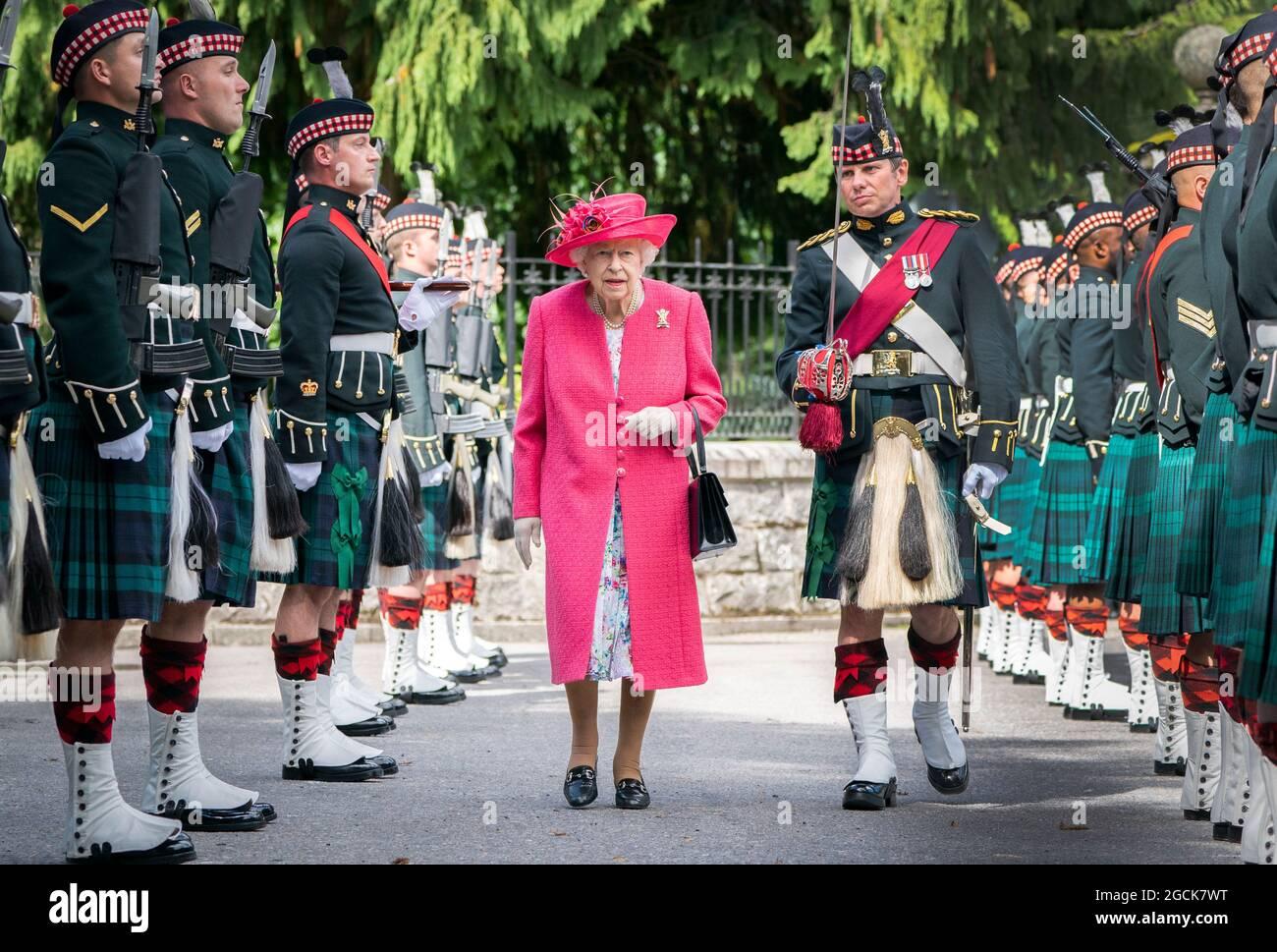 Regina Elisabetta II durante un'ispezione della Compagnia Balaklava, 5 Battaglione il reggimento reale della Scozia alle porte di Balmoral, come lei prende la residenza estiva presso il castello. Data immagine: Lunedì 9 agosto 2021. Foto Stock
