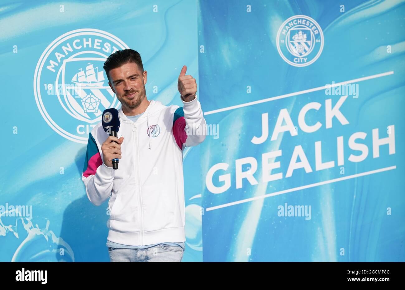 Il nuovo canto Jack Grealish di Manchester City parla ai tifosi esterni dopo la conferenza stampa all'Etihad Stadium di Manchester. Data immagine: Lunedì 9 agosto 2021. Foto Stock