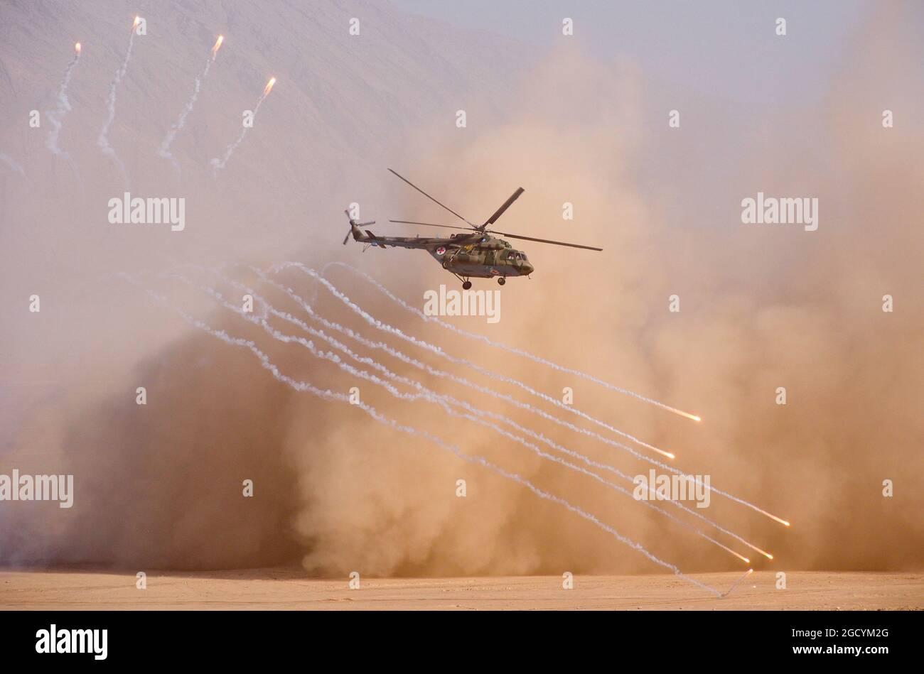 Regione di Khatlon, Tagikistan. 10 agosto 2021. Un elicottero è visto durante un esercizio militare congiunto da parte della Russia, del Tagikistan e dell'Uzbekistan sul terreno di addestramento militare Harb-Maidon, a 20 km dal confine con l'Afghanistan. 2,500 militari (tra cui 1,800 militari russi) con circa 500 pezzi di hardware militare partecipano all'esercizio militare, che va dal 5 al 10 agosto 2021. Credit: Nozim Kalandarov/TASS/Alamy Live News Foto Stock