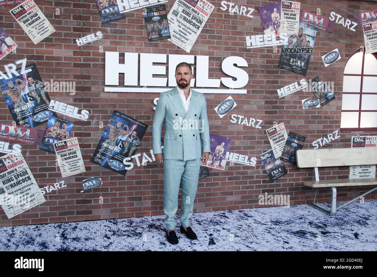 """Los Angeles, Stati Uniti. 10 agosto 2021. LOS ANGELES, CALIFORNIA, USA - 10 AGOSTO: L'attore Stephen Amell che indossa una tuta Giorgio Armani con le scarpe Scarosso arriva alla prima Los Angeles dei """"Heels"""" di STARZ che si è tenuta a 2137 Sacramento Street il 10 agosto 2021 a Los Angeles, California, Stati Uniti. (Foto di Xavier Collin/Image Press Agency) Credit: Image Press Agency/Alamy Live News Foto Stock"""