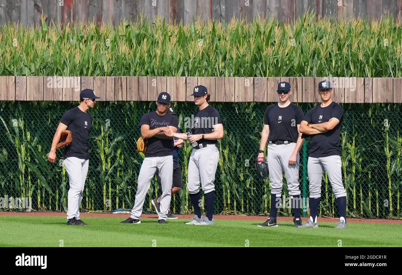 Dyersville, Stati Uniti. 12 agosto 2021. I New York Yankees si riscaldano per il gioco MLB Field of Dreams contro i Chicago White Sox a Dyersville, Iowa, giovedì 12 agosto 2021. Sono incorniciati da un campo da baseball raffigurato nel film 'Field of Dreams'. Photo by Pat Benic/UPI Credit: UPI/Alamy Live News Foto Stock