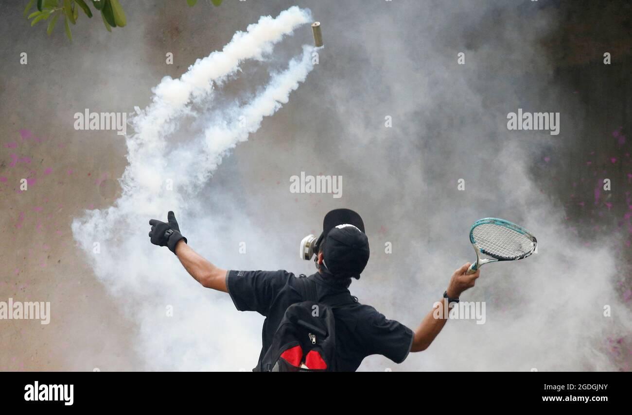 Un dimostratore usa una racchetta contro un barattolo di gas lacrimogeno durante una protesta per la gestione da parte del governo della malattia di coronavirus (COVID-19) pandemia, a Bangkok, Thailandia 13 agosto 2021. REUTERS/Soe Zeya Tun Foto Stock