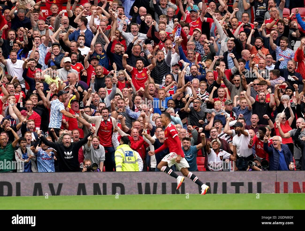 Mason Greenwood di Manchester United festeggia di fronte ai fan dopo aver segnato il secondo gol della partita durante la partita della Premier League a Old Trafford, Manchester. Data immagine: Sabato 14 agosto 2021. Foto Stock