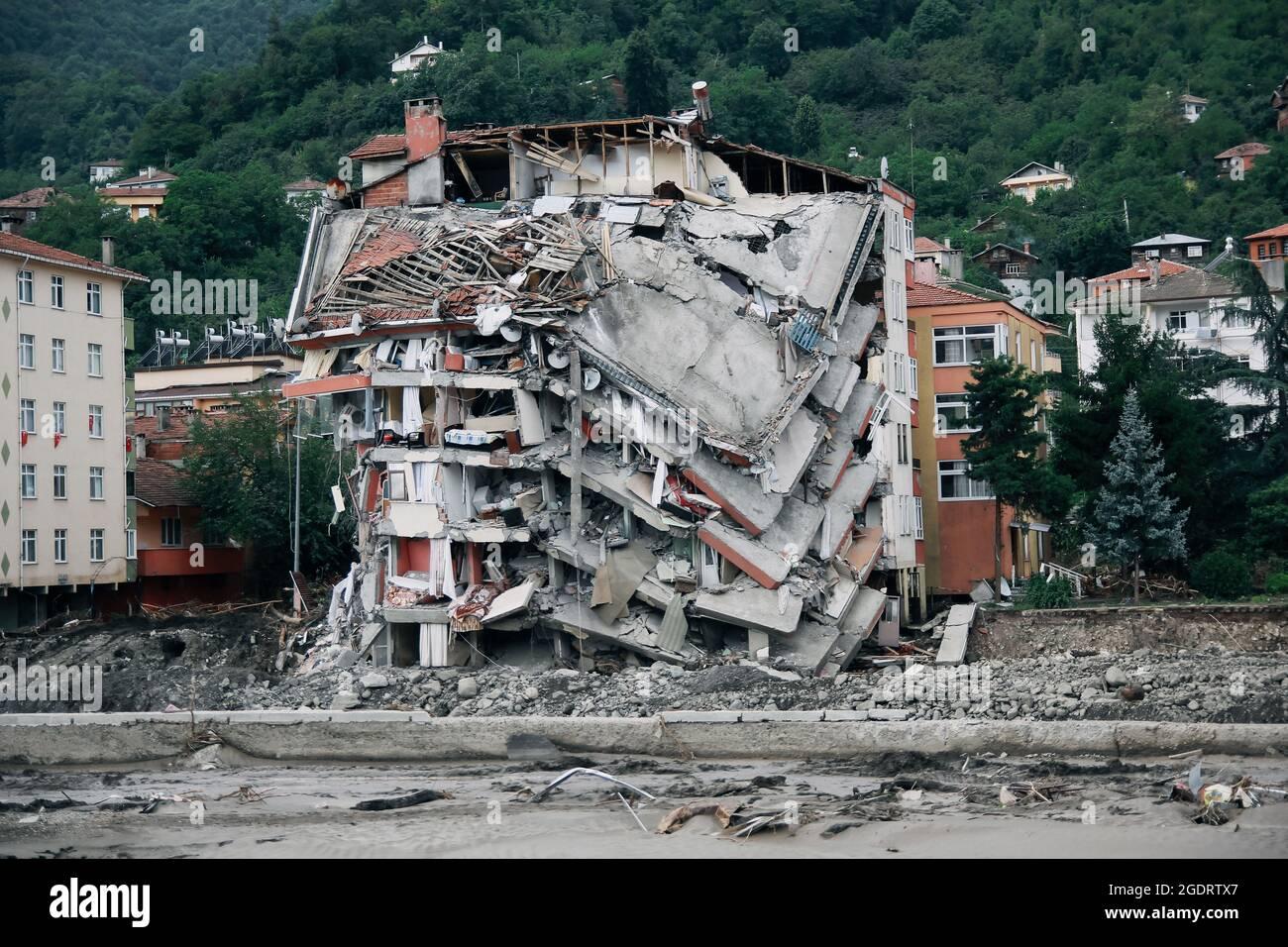 Kastamonu, Bozkurt, Turchia. 14 agosto 2021. Nel disastro delle inondazioni nella regione turca del Mar Nero, 58 persone hanno perso la vita a Kastamonu, Sinop e Bartin. Il ministro degli interni Suleyman Soylu, nella zona di catastrofe, ha dichiarato che 77 persone sono state segnalate disperse. (Credit Image: © Sedat ElbasanZUMA Wire) Credit: ZUMA Press, Inc./Alamy Live News Foto Stock