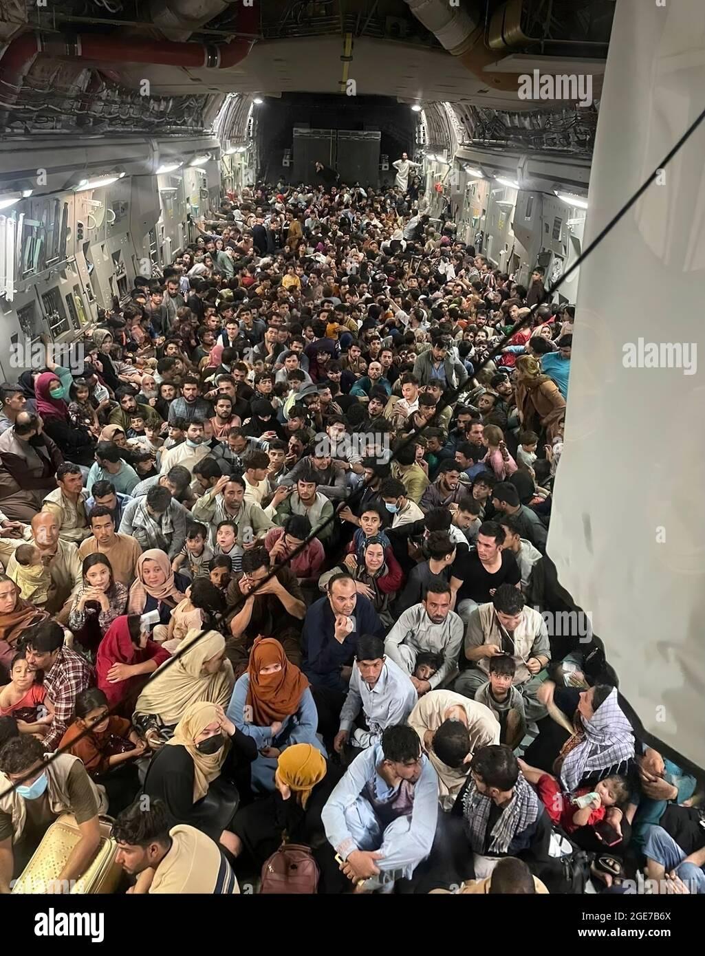 Il callsign della missione ' REACH 871 ', UN C-17 degli Stati Uniti è caricato con 640 afgani che cercano di sfuggire ai Talebani. Una forza aerea statunitense C-17 Globemaster III ha trasportato in modo sicuro circa 640 cittadini afghani dall'aeroporto internazionale Hamid Karzai il 15 agosto 2021. Foto Stock