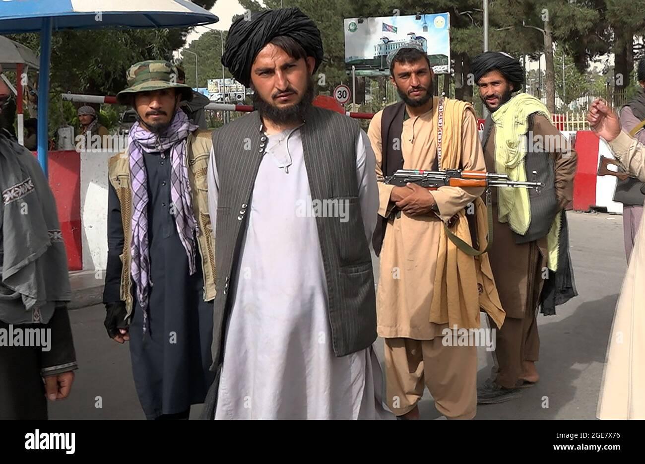 Kabul, Afghanistan. 17 agosto 2021. I combattenti talebani si levano in guardia davanti al portavoce talebano Zabihullah Mujahid mentre arriva per la sua prima conferenza stampa a Kabul, Afghanistan, martedì 17 agosto 2021. Il portavoce dei talebani Zabihullah Mujahid ha dichiarato che i talebani avrebbero rispettato i diritti delle donne, perdonare coloro che li hanno resistiti e garantire un Afghanistan sicuro. Foto di Bashir Darwish/ Credit: UPI/Alamy Live News Foto Stock
