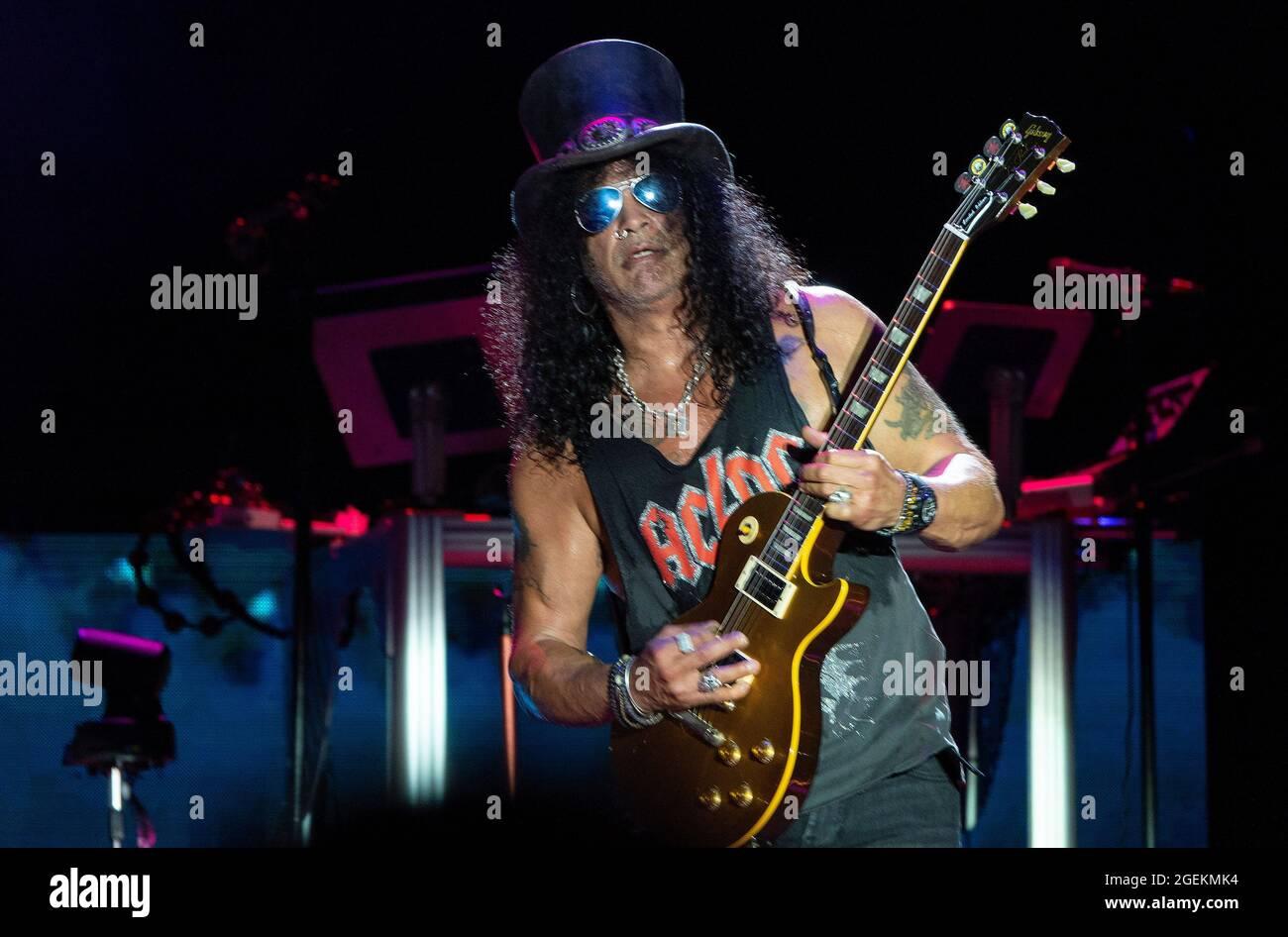 19 agosto 2021, Los Angeles, California, USA: La rock band Guns N' Roses si esibisce dal vivo sul palco per i fan durante un concerto al Banc of California Stadium. (Credit Image: © K.C. Filo Alfred/ZUMA Press) Foto Stock