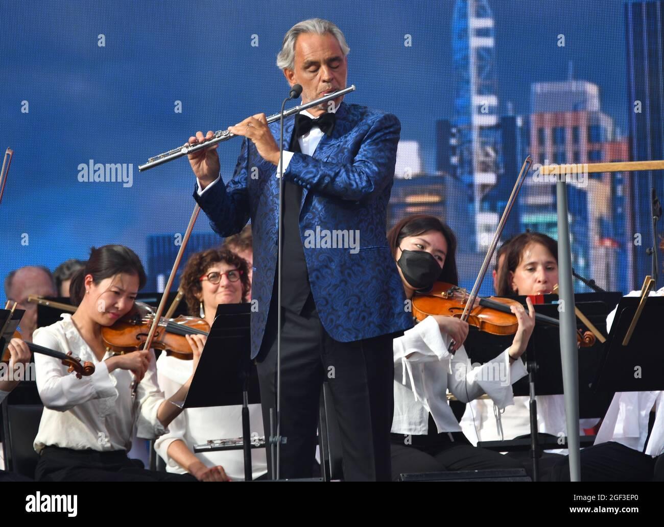 NEW YORK, NEW YORK - AGOSTO 21: Andrea Bocelli suona sul palco della New York Philharmonic durante We Love NYC: The Homecoming Concert prodotto da NYC, Clive Davis e Live Nation il 21 agosto 2021 a New York City. (Foto di John Atashian) Foto Stock