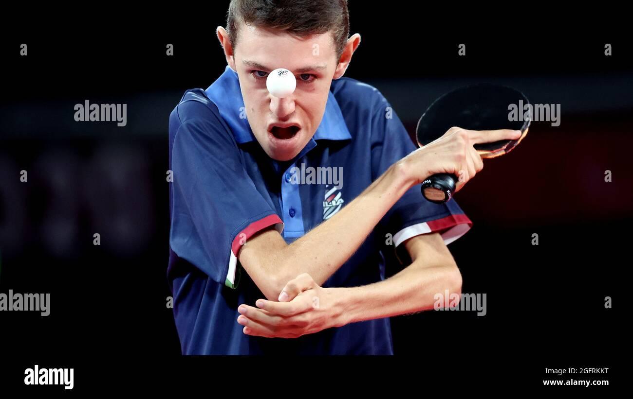 Tokyo 2020 Giochi Paralimpici - Ping-pong - Singoli - Classe 6 Gruppo B - Tokyo Metropolitan Gymnasium, Tokyo, Giappone - 27 agosto 2021. Matteo Parenzan d'Italia in azione contro Ian Seidenfeld degli Stati Uniti REUTERS/Bernadett Szabo Foto Stock