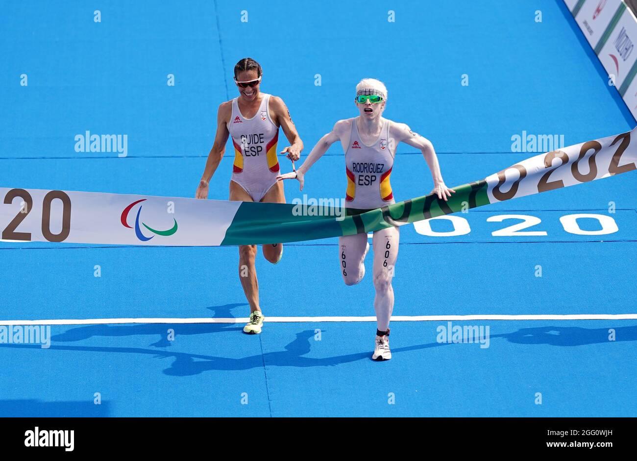 Susana Rodriguez e la guida spagnola Sara Loehr attraversano la linea per vincere l'oro nel Triathlon femminile PTVI al Parco Marino di Odaiba durante il quarto giorno dei Giochi Paralimpici di Tokyo 2020 in Giappone. Data foto: Sabato 28 agosto 2021. Foto Stock
