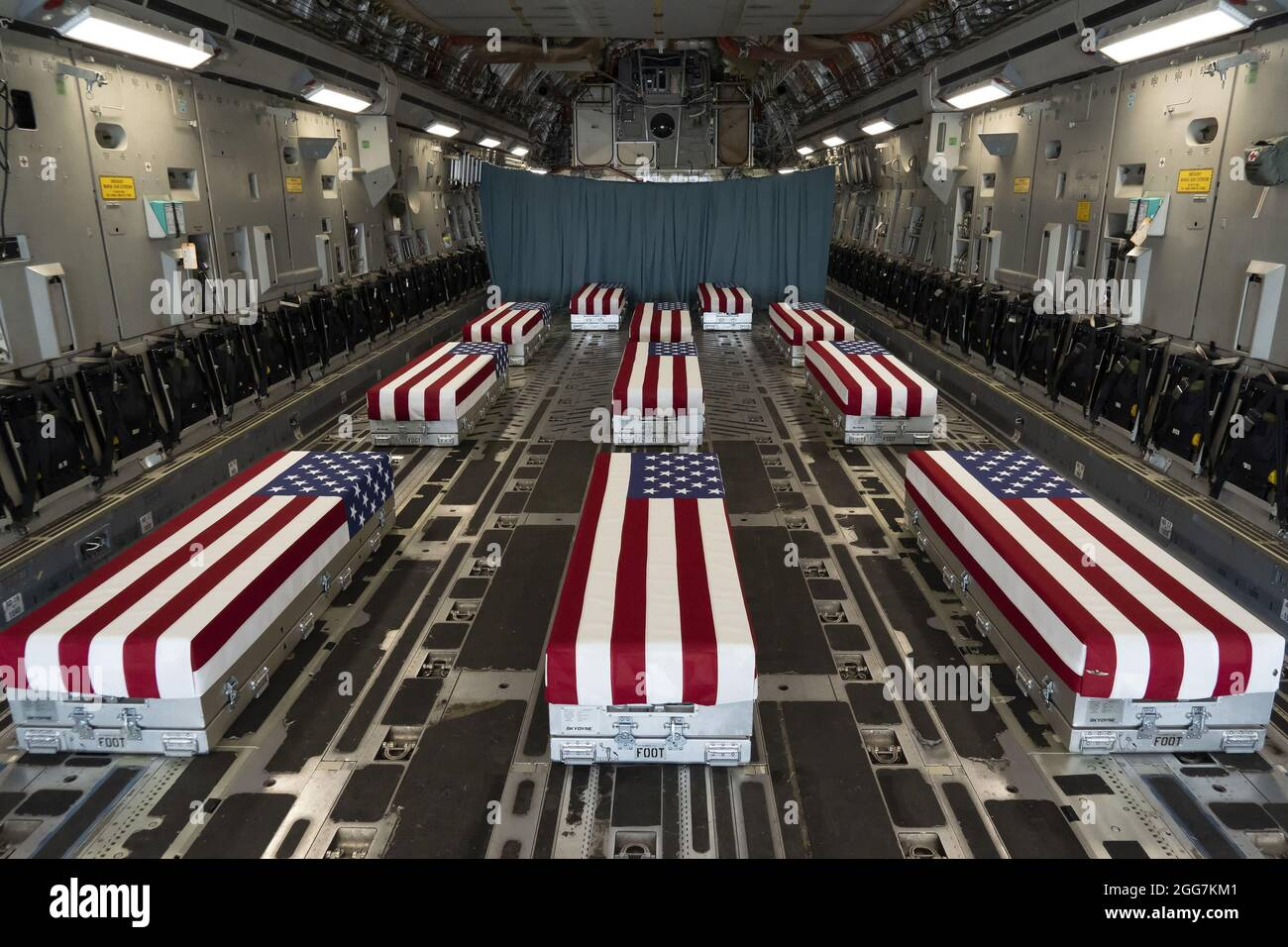 Le scatole di trasferimento drappeggiate da bandiere si allineano all'interno di un C-17 Globemaster II il 29 agosto 2021 prima di un trasferimento dignitoso alla base dell'aeronautica di dover in Delaware. I membri del servizio caduti sono morti mentre sostenevano operazioni non combattenti a Kabul. Foto di Jason Minto/U.S.A. Air Force/UPI Credit: UPI/Alamy Live News Foto Stock