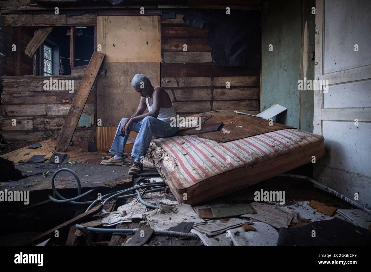 Theophilus Charles, 70, siede all'interno della sua casa che è stato pesantemente danneggiato dall'uragano Ida in Houma, Louisiana, Stati Uniti, 30 agosto 2021. REUTERS/Adrees Latif Foto Stock